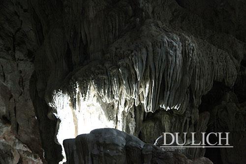 Hang KeengTao có chiều dài trên 300 m, vẫn giữ nguyên vẻ hoang sơ